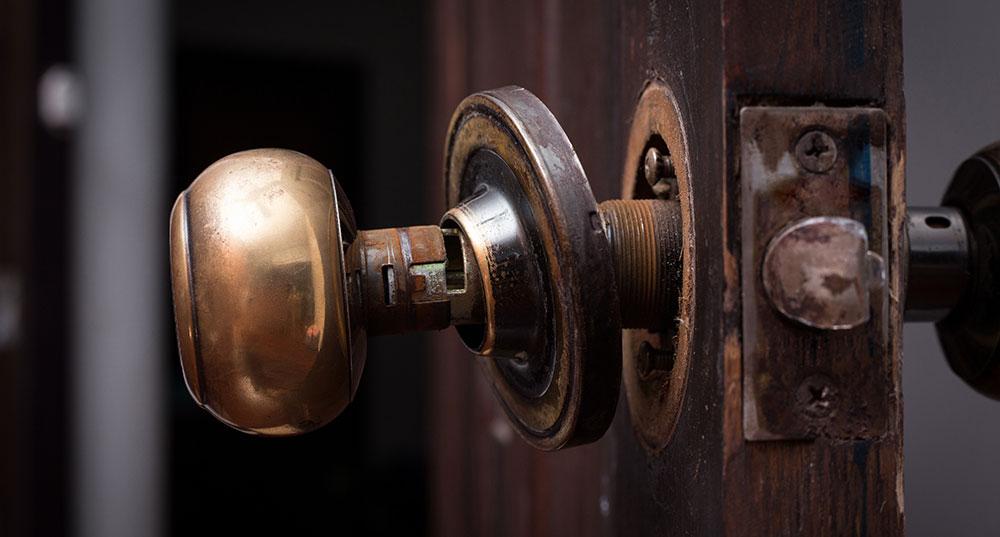Une serrure cassée est-elle à la charge du propriétaire ou du locataire ?